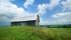 Vieille grange au milieu du champ Image stock