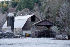 Vieille grange avec la neige Images stock