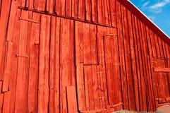 Vieille grange avec la peinture neuve photos stock