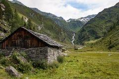 Vieille grange avec les murs en pierre en vallée de dolomite photos libres de droits