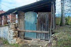 Vieille grange avec une porte expédient photo stock
