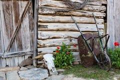 Vieille grange avec Wheelbarrel Photographie stock libre de droits