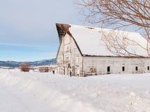 Vieille grange blanche Photographie stock libre de droits