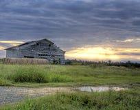 Vieille grange chez Sunrinse Images stock