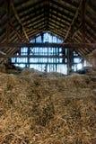 Vieille grange complètement de foin Images stock