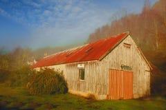 Vieille grange dans la forêt automnale Images stock