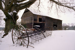 Vieille grange dans la neige photos libres de droits
