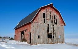 Vieille grange dans la neige Images stock