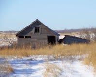 Vieille grange dans la neige de ths Image libre de droits