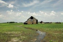 Vieille grange dans le domaine de maïs Images libres de droits