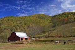 Vieille grange dans les montagnes Photo stock