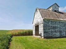 Vieille grange dans un domaine avec le ciel bleu Images libres de droits