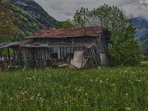 Vieille grange dans un domaine dans le printemps Photographie stock