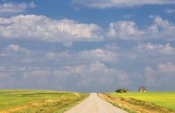 Vieille grange dans un paysage agricole de campagne nuageuse Photographie stock