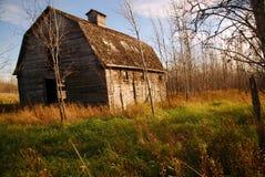 Vieille grange de Brown au soleil Photos stock
