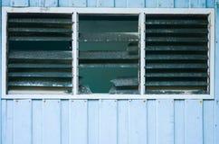 Vieille grange de cru avec et fenêtre cassée image stock