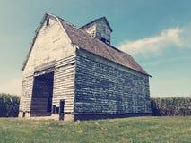 Vieille grange de vintage dans un domaine de maïs Image stock