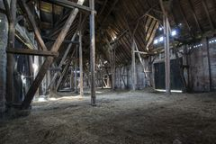 Vieille grange en bois avec briller léger par les panneaux en bois Images stock