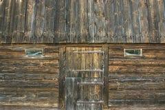 Vieille grange en bois avec la porte et les fenêtres Conception rurale de vintage Images stock