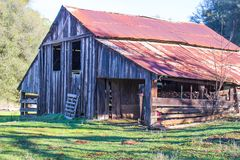 Vieille grange en bois avec le grenier Images stock