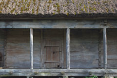 Vieille grange en bois avec le toit couvert de chaume Photo stock