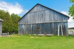 Vieille grange en bois contre un ciel bleu Image stock
