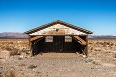 Vieille grange en bois dans le désert Images libres de droits