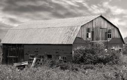 Vieille grange en bois endommagée Photographie stock libre de droits