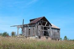 Vieille grange en bois tombant vers le bas Images libres de droits