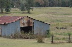 Vieille grange en métal d'abandon dans le domaine Photo libre de droits