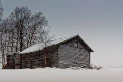 Vieille grange et caisses en bois sur les champs Photographie stock libre de droits