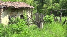 Vieille grange et jardin abandonné banque de vidéos