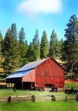 Vieille grange fonctionnante rustique commune Images libres de droits