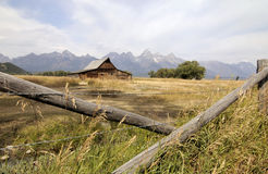 Vieille grange par les montagnes Images stock
