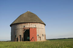 Vieille grange ronde dans le domaine Photographie stock libre de droits