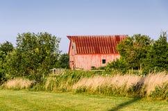 Vieille grange rouge à une ferme Photo libre de droits