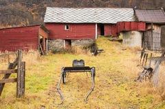 Vieille grange rouge avec boudeur Photographie stock libre de droits