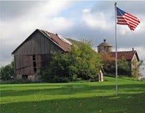 Vieille grange rouge avec l'indicateur photos stock
