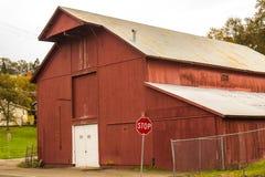 Vieille grange rouge dans la ville avec Red Roof Photographie stock libre de droits