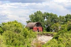 Vieille grange rouge superficielle par les agents Images libres de droits