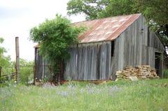 Vieille grange rouillée et blanchie oubliée Image libre de droits