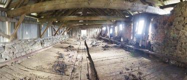 Vieille grange ruinée dans les Carpathiens Image libre de droits