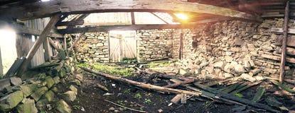 Vieille grange ruinée dans les Carpathiens Photos libres de droits