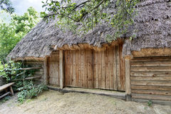 Vieille grange rurale ukrainienne traditionnelle avec un toit de paille pour l'herbe sèche Photos libres de droits