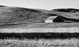Vieille grange rustique dans les collines de la Californie Image stock