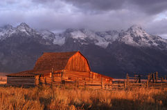 Vieille grange sous le Tetons grand Photo stock