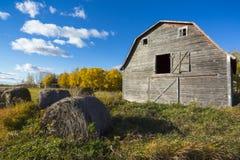 Vieille grange superficielle par les agents Images libres de droits