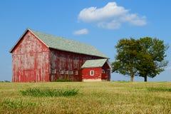 Vieille grange superficielle par les agents de ferme Photographie stock libre de droits