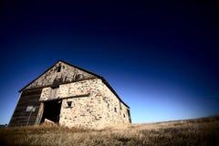 Vieille grange sur les prairies Image stock