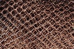 Vieille grille en métal couverte de rouille et de fond brun blured image libre de droits